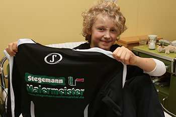 Tim Gimbel musste der neue Trainingsanzug leider im Krankenhaus überreicht werden. Die U14 wünscht gute Besserung.