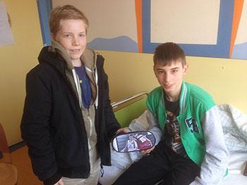 Jannis  besucht sein Teamkamerad Daniel im Krankenhaus.